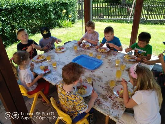 Oběd v altánku na zahradě